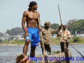 赤膊秀身材!伊巴卡在刚果捕鱼-[青岛啊]